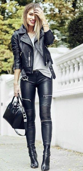 svart moto höstjacka med läderbikerbyxor och stövlar