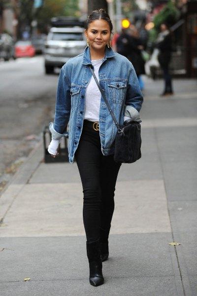 blå denim höstjacka med vit T-shirt och svarta skinny jeans