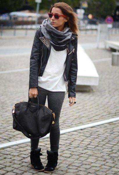 svart läderjacka med vit t-shirt och grå sidenhalsduk