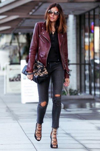 svart läderjacka med mörkblå, trasiga, smala jeans