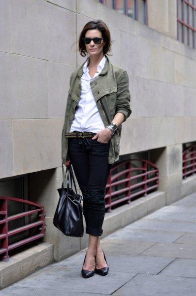 grå kavaj med vit skjorta och svarta jeans med muddar