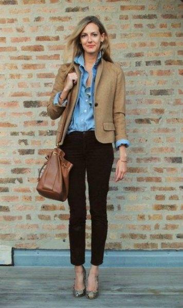 brun höstjacka med ljusblå chambray-skjorta