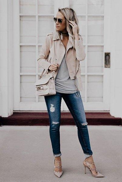 Ljusrosa kavaj med grå linne och rippade jeans med muddar