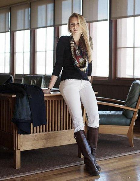 svart tröja vita byxor knähöga stövlar