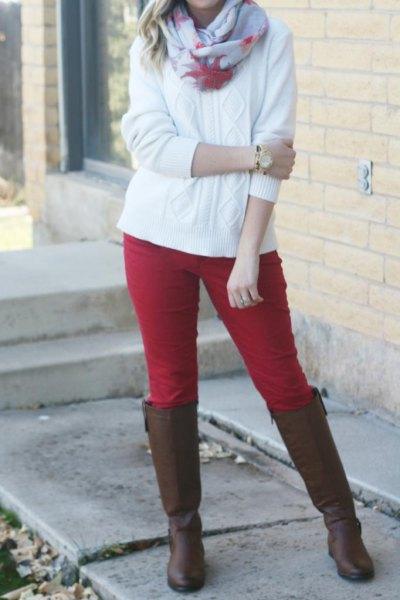 röda byxor och vit kabelstickad tröja
