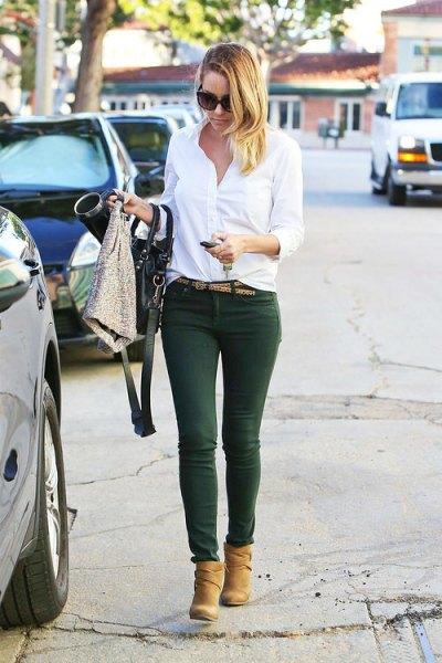 vit knapp upp skjorta skoggröna byxor