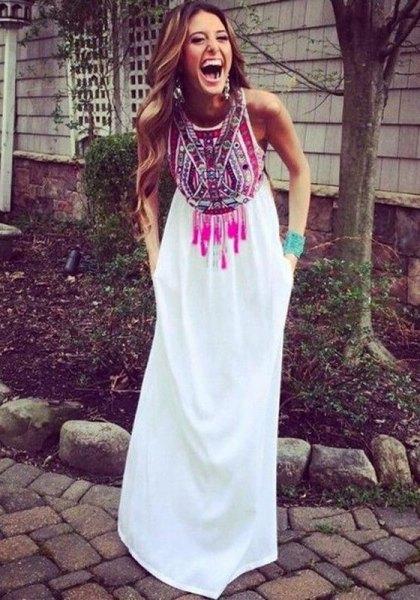 vit maxiklänning med stamtryck