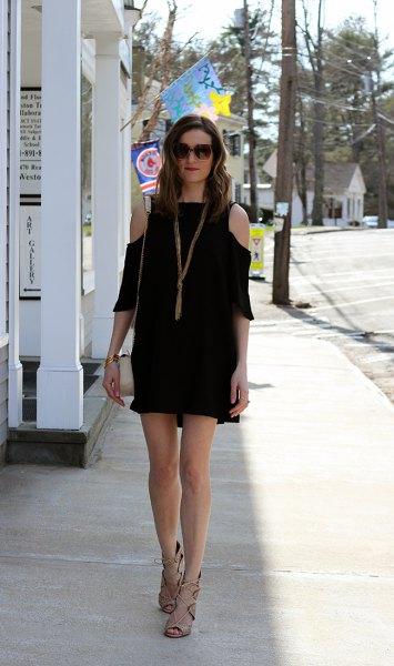 svart miniklänning med tre fjärdedelar och kall axel