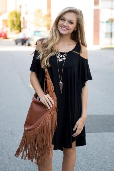 svart miniklänning med kall axel och brun kantad ficka