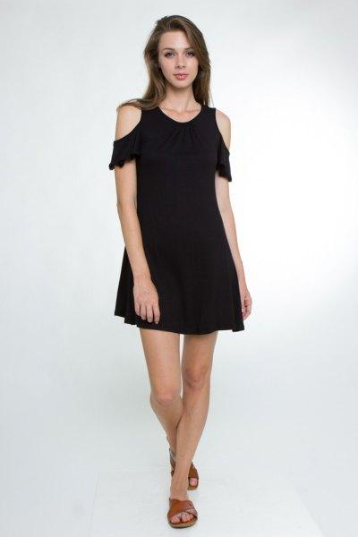 svart gungklänning med kalla axlar och volangärmar