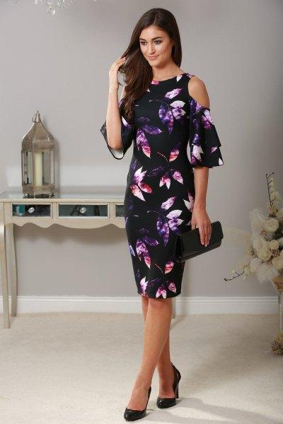 svart slida klänning tryckt med blommor med kall axel