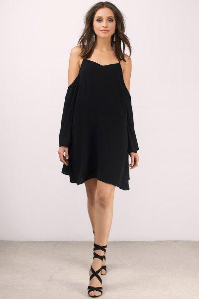 svart mini gungklänning med gladiatorklackar