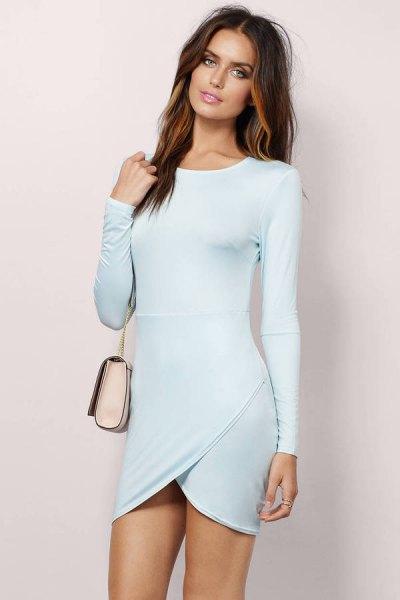 Ljusblå, långärmad, figur-kramande omlottklänning