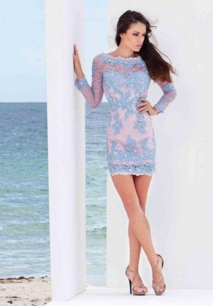 Ljusblå, figurkramande miniklänning med båthals och rosa klackar med öppen tå