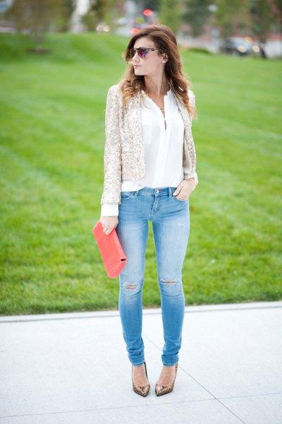 vit chiffongblus och ljusblå skinny jeans