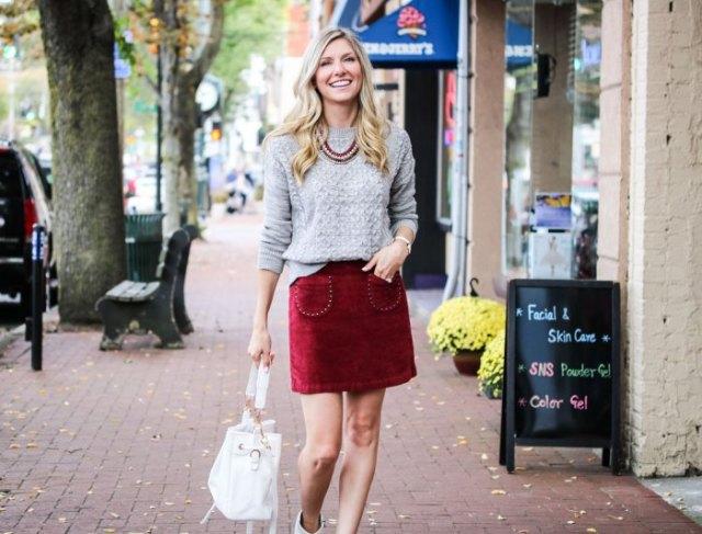 grå stickad tröja, röd sammet kjol