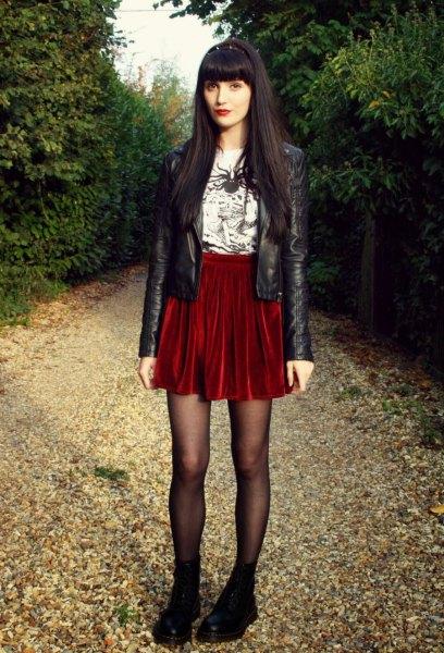 svart läderjacka röd sammet kjol