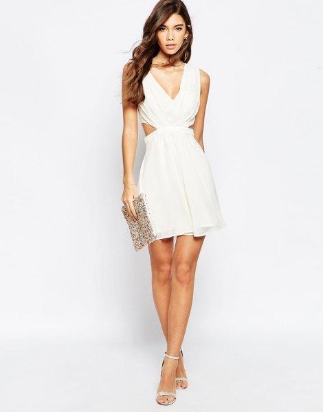 vit, lågklippt miniklänning med djup V-ringning och paljettkoppling