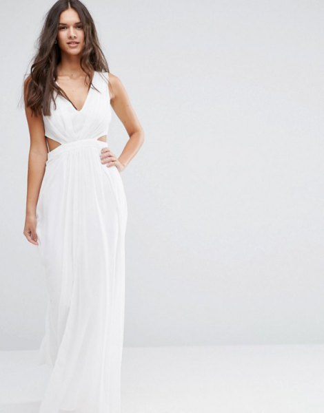 vit, golvlång, flytande klänning i chiffong med V-ringning