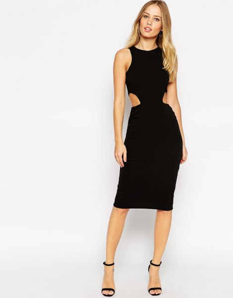svart, sidoklippt, knälång klänning med klackar i ankelbandet