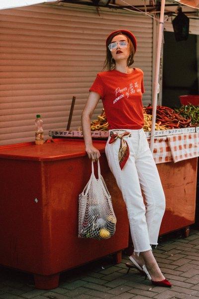 röd tryckt t-shirt med vita, beskurna jeans med raka ben