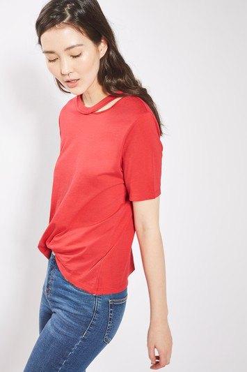 röd t-shirt med blå jeans och sneakers med smal snitt