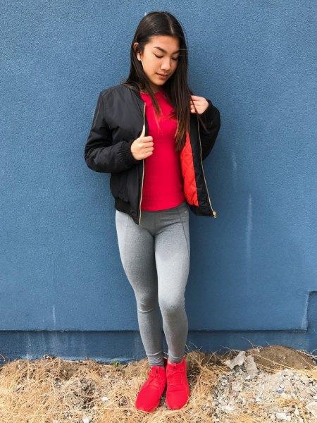 röd t-shirt med svart bomberjacka och grå leggings