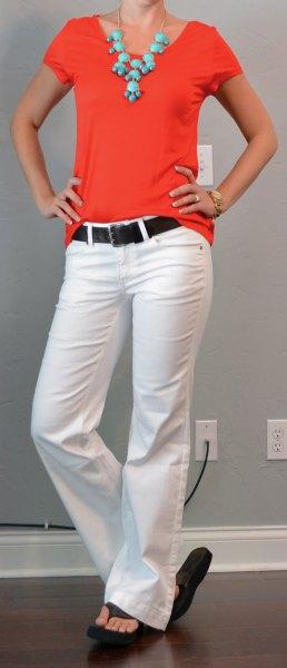 röd t-shirt med vita utsvängda jeans