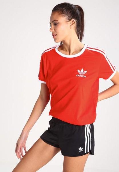 röd t-shirt med svarta mini sportshorts