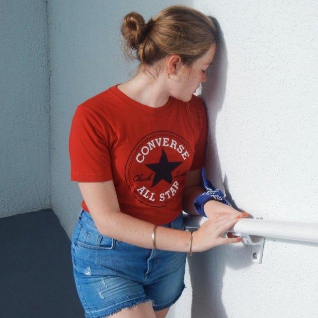 röd tryckt sportmärke t-shirt med blå jeansshorts