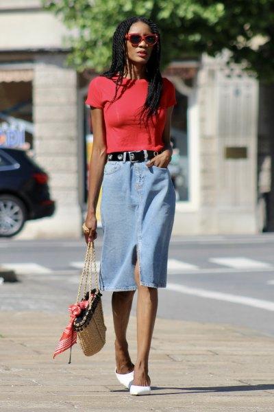 röd t-shirt med ljusblå midikjol