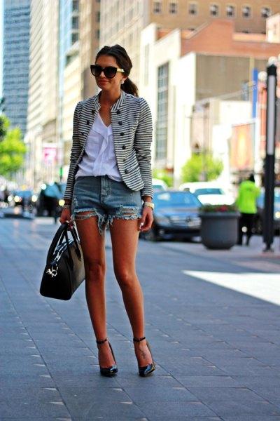 svartvit randig kavaj med vit blus och mini-jeansshorts