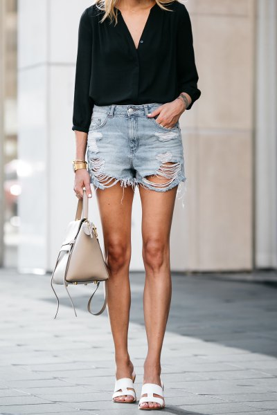 svart blus med V-ringning och kraftigt rippade mini-jeansshorts