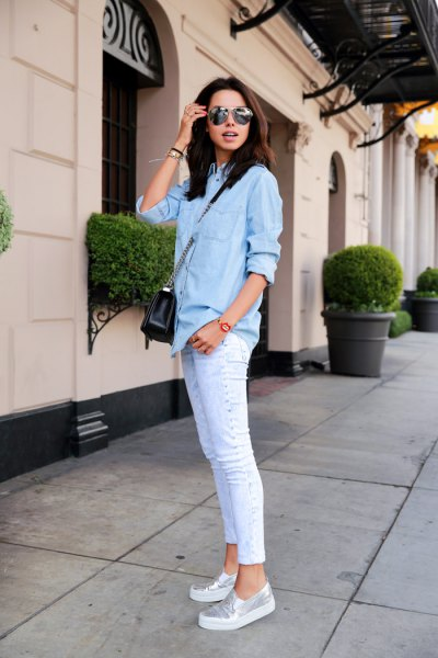 Jeansskjorta ljusblå skinny jeans silver metallic skor