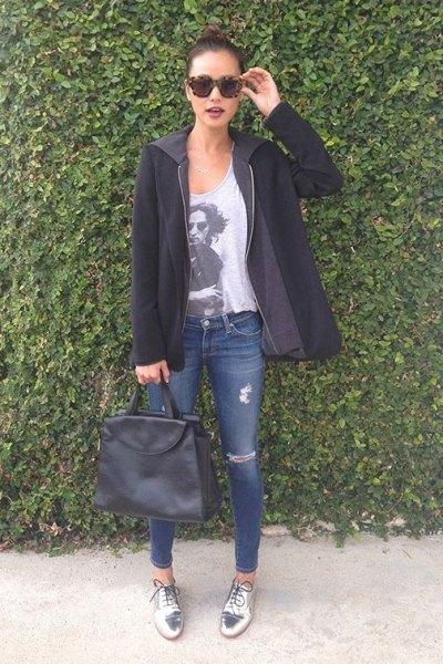grå tryckt t-shirt svart tröja jacka silver metallic skor