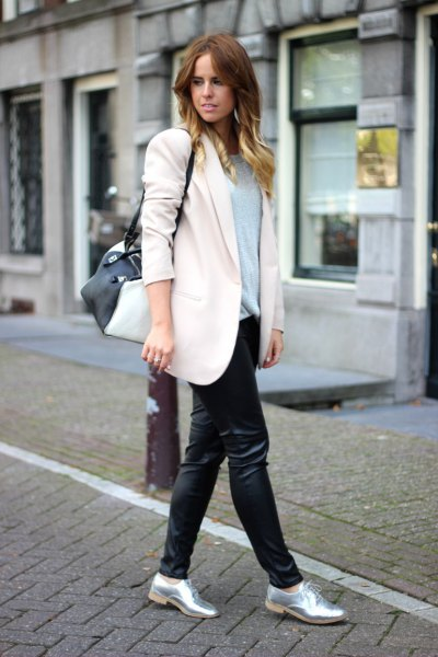 silver metallic skor vit ullrock svart läder gamacher