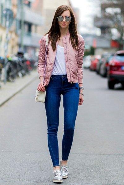 Bomberjacka i roséguld, kungsblå, smala jeans