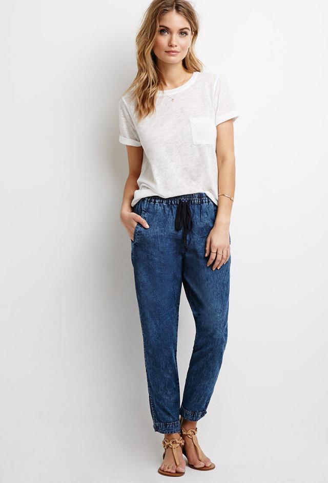 Jeans joggerbyxor med vit T-shirt