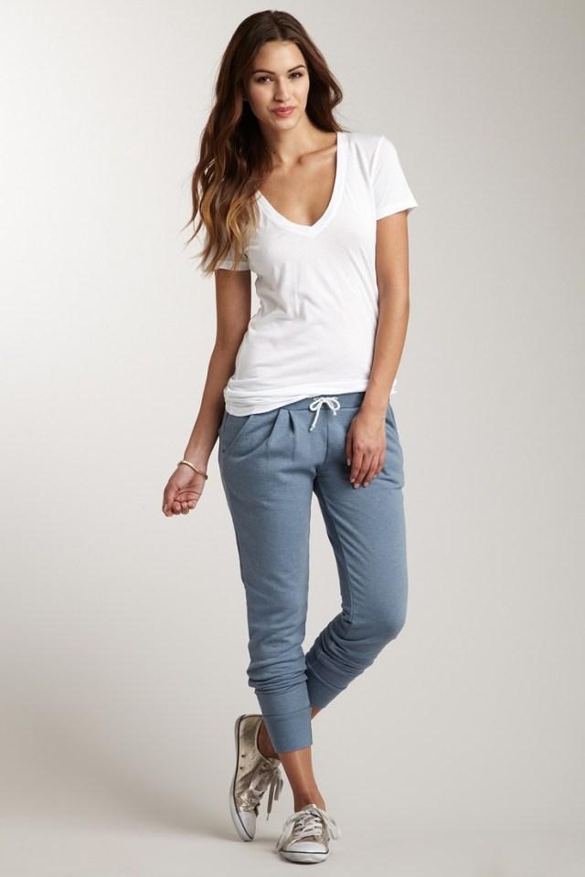 V-ringad vit t-shirt grå joggebyxa