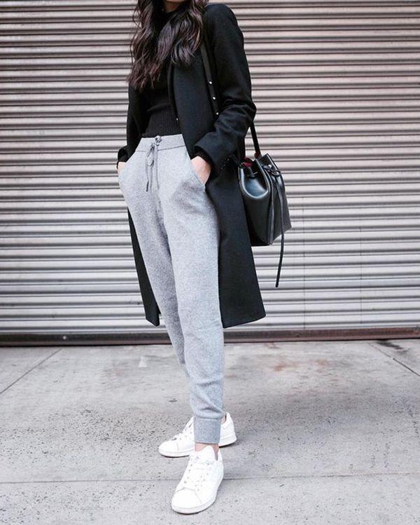 svart lång kappa med joggbyxor