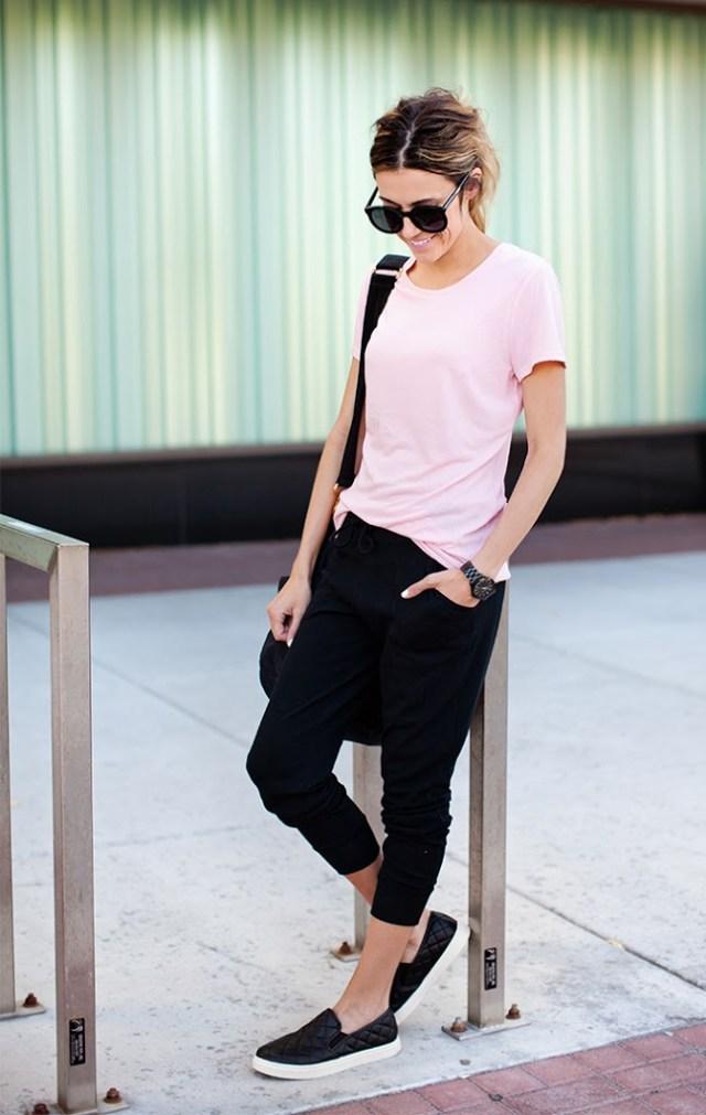vit t-shirt svarta korta byxor