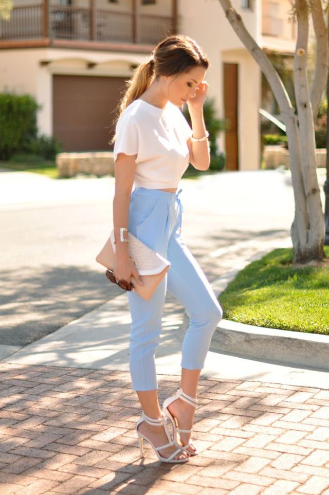 babyblå joggerbyxor vit topp