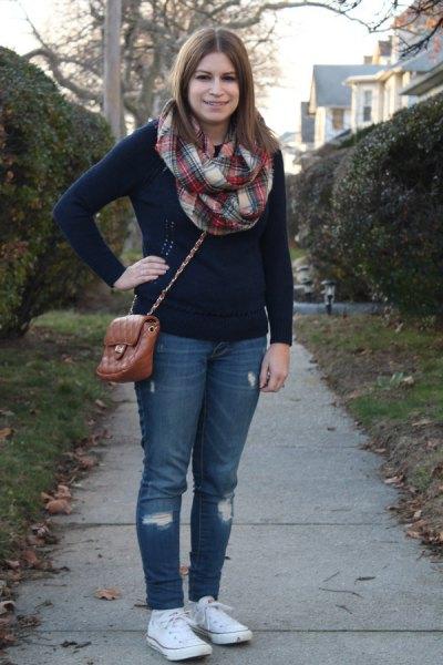 röd och vit rutig halsduk och blå jeans