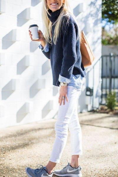 Marinblå tröja med blå och vit randig skjorta med knappar