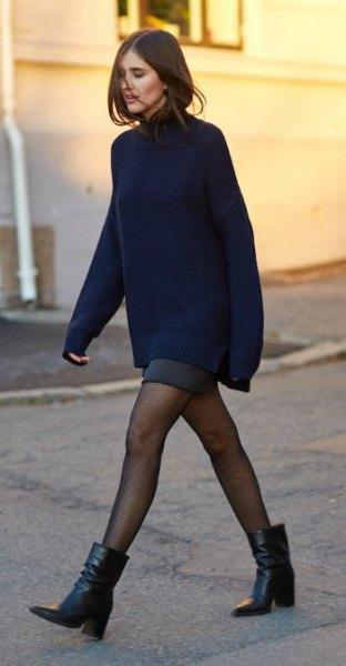 Grovstickad tröja med grå minikjol och fotkängor