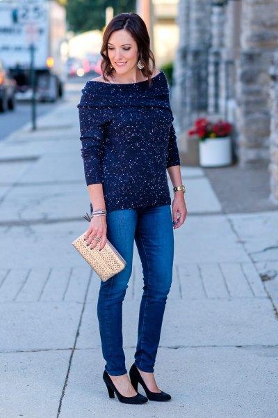 Mörkblå tröja med båthals och smala jeans
