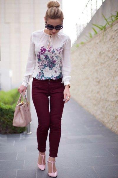 vit blus med chiffongtryck och svarta skinny jeans