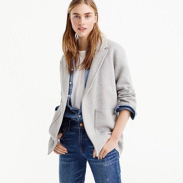 grå kavaj med chambray-skjorta och blå jeans
