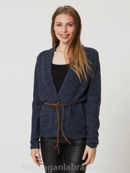 Elfenbenkabelstickad blazer med vit scoop neck top och blue jeans