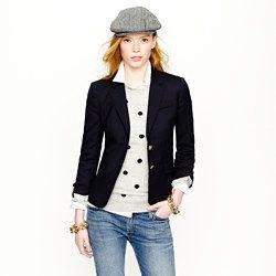 grå prickig tröja med svart stickad kavaj och blå jeans